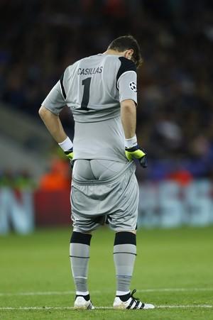 Casillas com calção arriado durante Porto x Leicester pela Liga dos Campeões (Foto: Reuters)