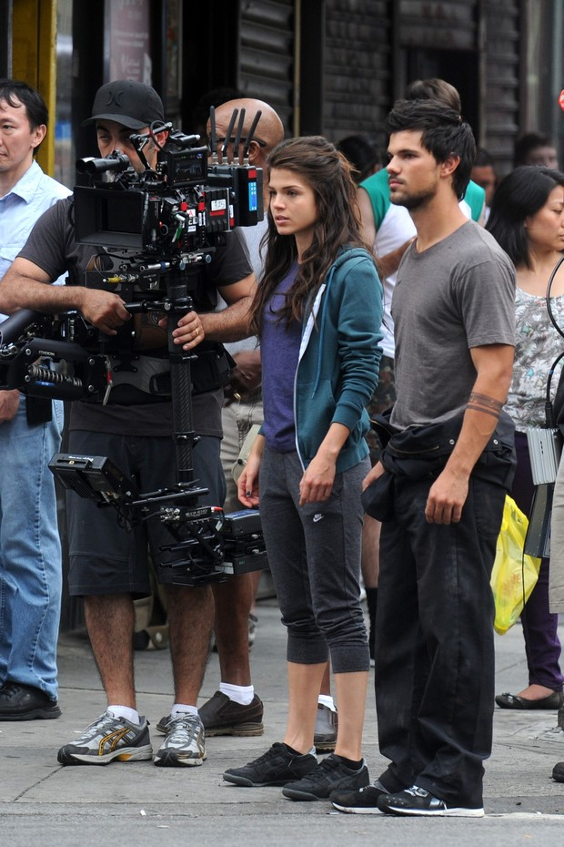 """Marie Avgeropoulos e Taylor Lautner nos bastidores do filme """"Tracers"""" (Foto: Agência/ Getty Images)"""