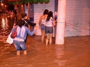 Em Vila Velha, a avenida Carlos Lindenberg, na altura do bairro Glória, ficou completante alagada, muitas pessoas se arriscaram em meio a água suja, no Espírito Santo. (Foto: Reprodução/TV Gazeta)