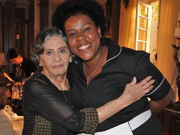 Laura Cardoso posa ao lado de Cacau Protásio nos estúdios (Foto: Gabriela / TV Globo)