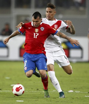 Medel Guerrero Peru x Chile eliminatorias (Foto: Reuters)