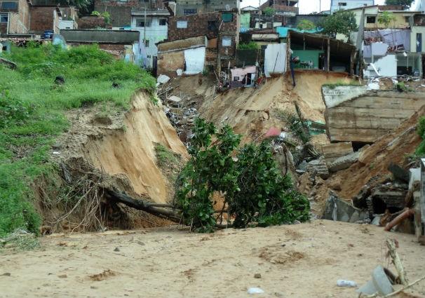 Desabamento casas mãe luiza chuvas natal (Foto: Klênyo Galvão)