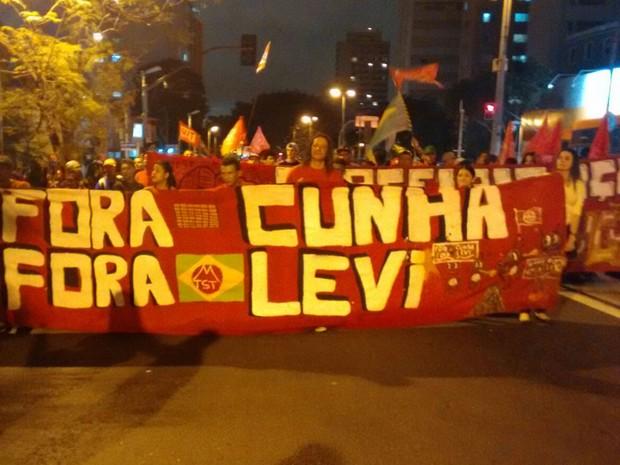 A chuva parou. Manifestantes  se aproximam da Alameda Gabriel Monteiro da Silva (Foto: Roney Domingos/G1)