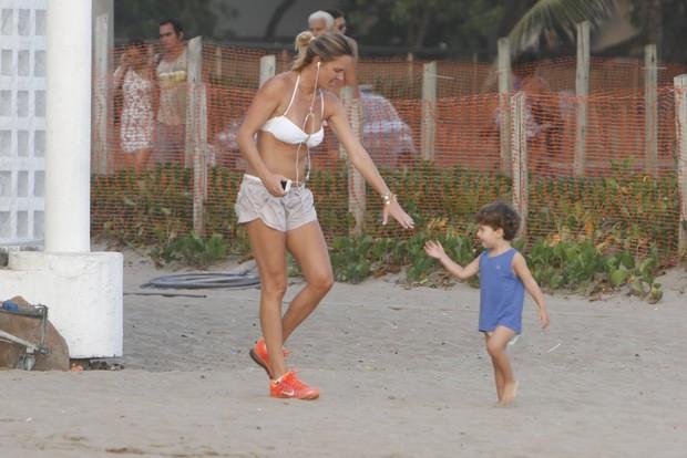 Letícia Birkheuer com o filho (Foto: Gil Rodrigues / Foto Rio News)