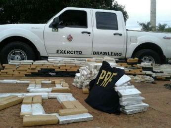 Segundo a PRF, drogas estavam em uma caminhonete caracterizada como se fosse um veículo administrativo das Forças Armadas (Foto: Alexandre Oshima/RPC TV)