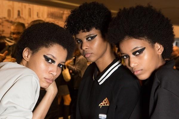 Modelos no backstage do desfile da Versace  (Foto: Imaxtree)