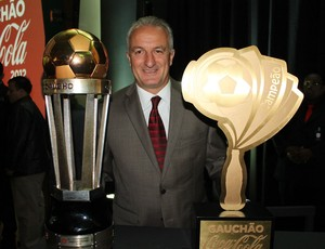 Dorival Júnior com as taças de campeão gaúcho (Foto: Diego Guichard/GLOBOESPORTE.COM)