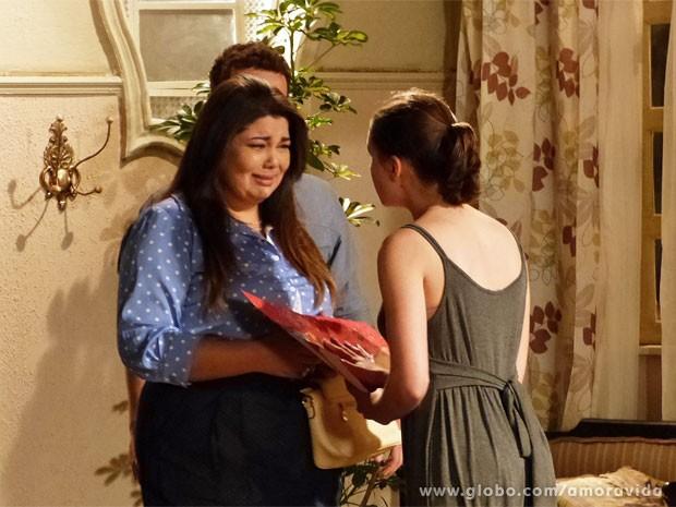 Perséfone em prantos recebe o presente de Linda (Foto: Amor à Vida/TV Globo)