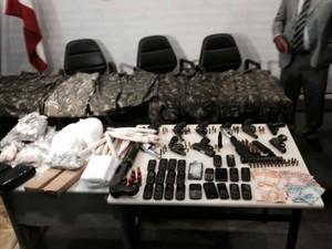 Apreensão de drogas e armas em chacina no Cabula, em Salvador (Foto: Henrique Mendes/G1 BA)