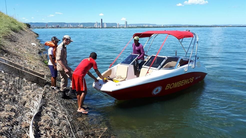Bombeiros fazem buscas por homem que desapareceu em lago de Palmas  (Foto: Wilton Dias/ TV Anhanguera )