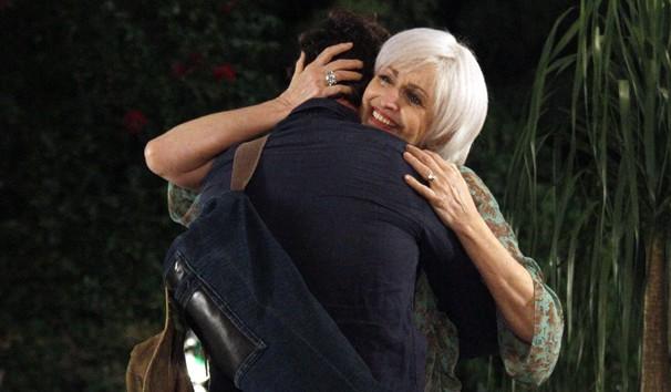 Verbena reencontra Carlos após 30 anos. (Foto: TV Globo)