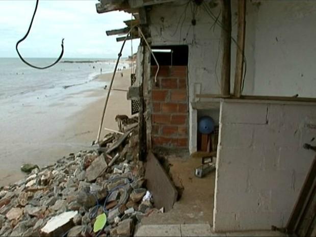 Parte das casas estão sendo destruídas com a força do mar (Foto: Reprodução/TV Gazeta)