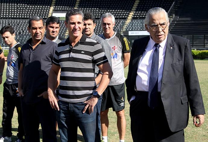 Jorginho e Eurico conversam com jogadores do Vasco (Foto: Paulo Fernandes/Vasco.com.br)