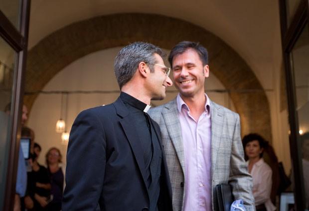 Charamsa com namorado; ele foi suspenso de seus cargos  (Foto: Alessandra Tarantino/AP)