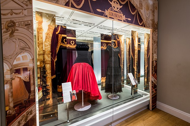 A Murray Arbeid velvet and taffeta evening dress worn by Diana, Princess of Wales, in 1986 and 1987. Currently on display at the Kensington Palace exhibition, Diana: Her Fashion Story (Foto: HISTORIC ROYAL PALACES)