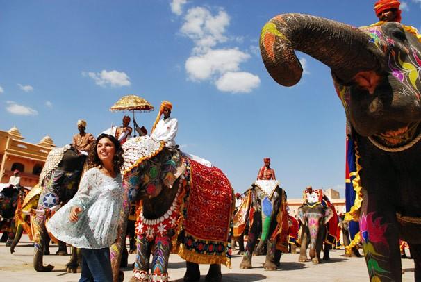 Camila (Ísis Valverde) se diverte entre elefantes nas gravações de Caminho das Índias (Foto: CEDOC Globo)