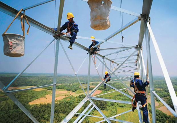 Torres de energia da State Grid em Xuancheng: a rede da companhia na China tem 618 mil quilômetros, o suficiente para ir e voltar da Lua (Foto: Reuters)