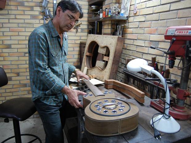 O luthier de Campina Grande atende a artistas como Luis Kiari (que compõe para Maria Gadú) e o músico pernambucano Siba (Foto: Ligia Coeli)