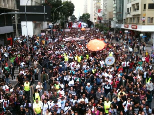 A Rua Marechal Deodoro, em Curitiba, ficou repleta de fiéis (Foto: Cristina Graelm)