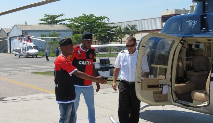 Cirino, MC Nego do Borel e o piloto do helicóptero (Foto: Daniel Cardoso)