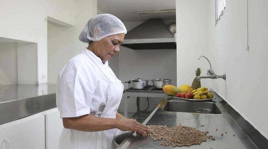 Trabalhador doméstico: ausência de sindicatos patronais pode colocar domésticas à margem da Reforma Trabalhista (Foto: Estadão Conteúdo)