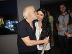 Francisco Cuoco recebe o carinho da namorada após estreia de teatro
