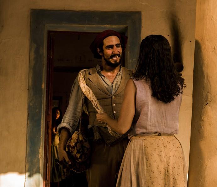 Santo é filho de Piedade, personagem de Cyria Coentro. Ele e sua família foram recebidos na casa do capitão Ernesto Rosa, rival do coronel Afrânio (Foto: Caiuá Franco/ Globo)