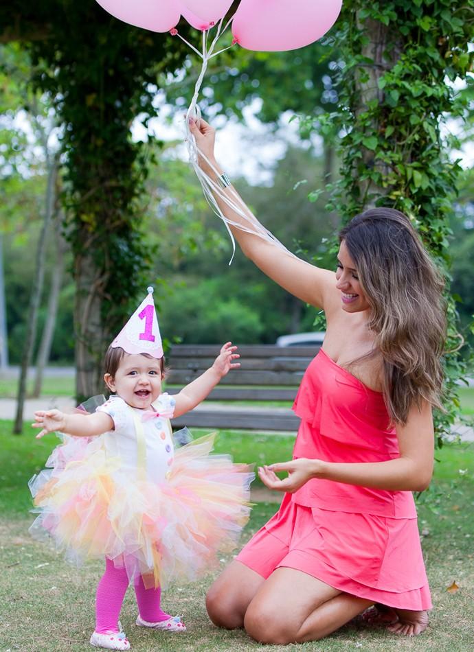 Que risada gostosa! Mãe e filha comemoram o primeiro aninho da Gigi (Foto: Artur Meninea/Gshow)
