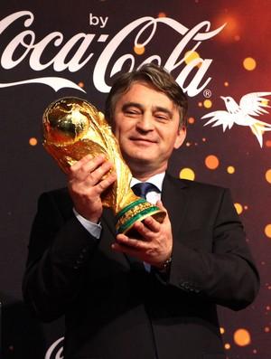 Zeljko Komsic, presidente da Bósnia, com a taça da Copa (Foto: Felipe Schmidt)