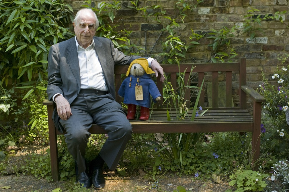 Michael Bond dá entrevista à Associated Press em Londres, em 2008, com o ursinho Paddington ao lado (Foto: Sang Tan/AP Photo)