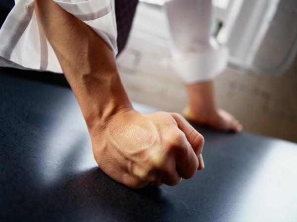 Corpo de vítima de violência doméstica é deixado em caixão refrigerado na casa do marido