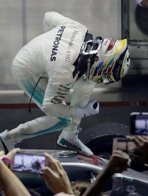 Hamilton comemora vitória em Cingapura