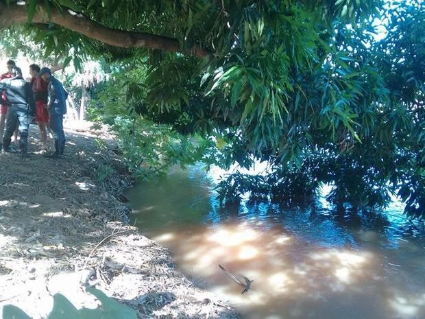 Homem mergulhou no rio, no fundo de uma casa no Bairro Santa Rita em Valadares. (Foto: Diego Souza/G1)
