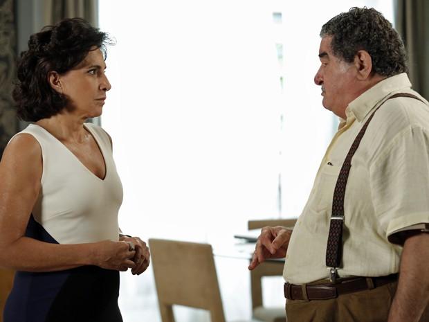 Vicente se irrita com as mentiras de Adriana (Foto: Fábio Rocha/Gshow)