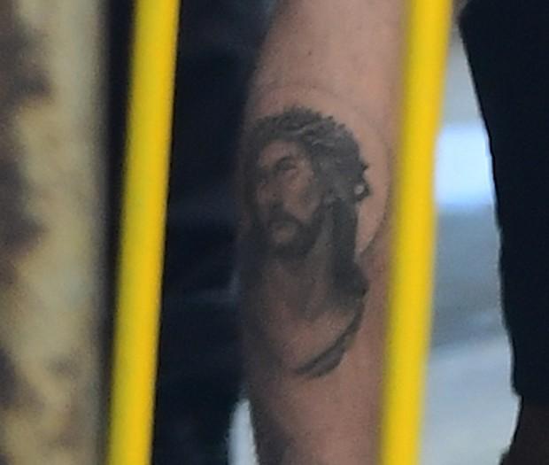 Justin Bieber exibe tatuagem de Jesus Cristo na panturrilha (Foto: Grosby Group)