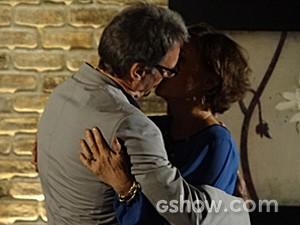 Paciente, Ricardo acha graça e beija Chica (Foto: Em Família/TV Globo)