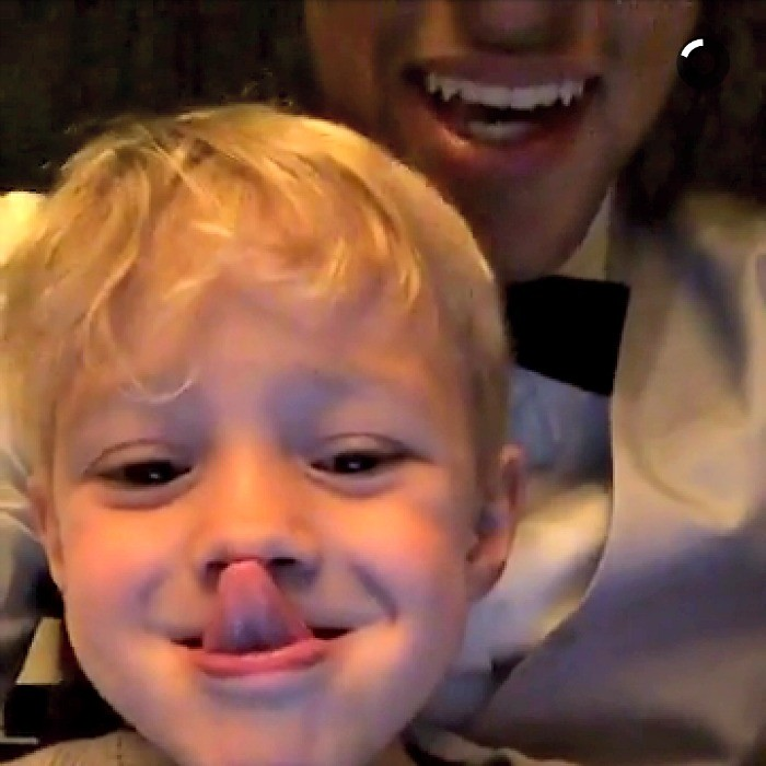 BLOG: Neymar brinca com o filho e comemora aniversário de smoking claro