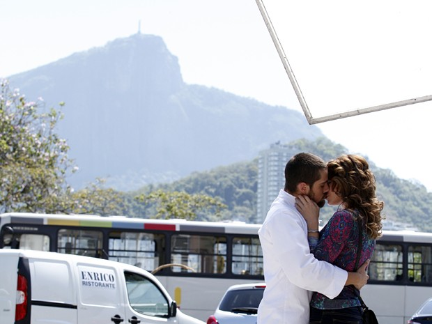Rafael Cardoso e Leandra Leal gravam na Lagoa Rodrigo de Freitas (Foto: Raphael Dias/TV Globo)