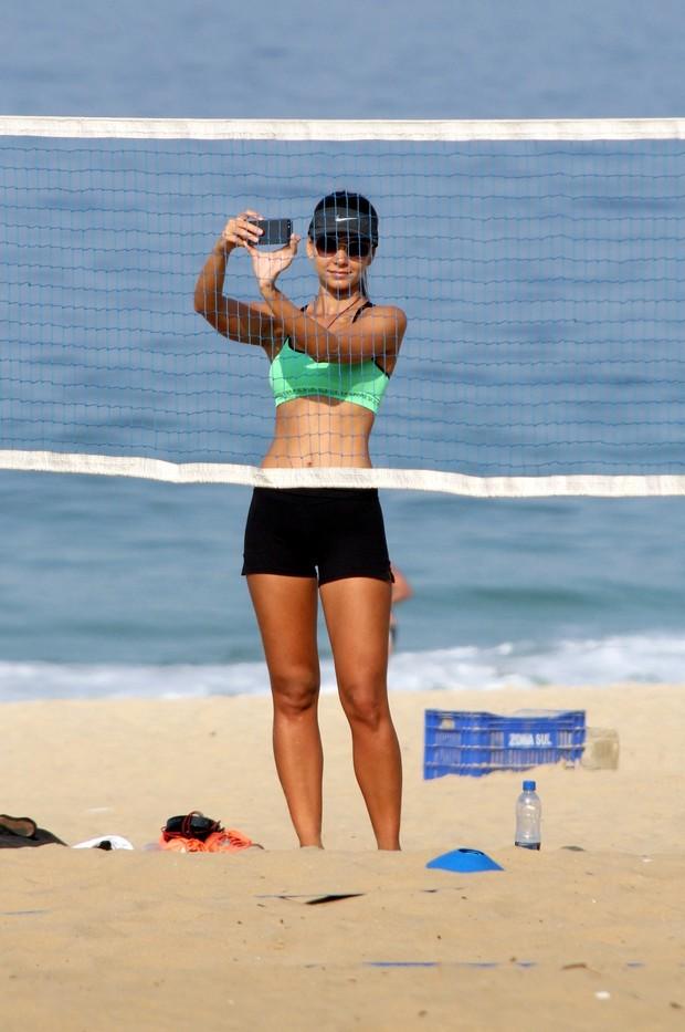 Letícia Wiermann, filha de Datena, na praia (Foto: J.Humberto / AgNews)