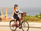 Marina Ruy Barbosa anda de bicicleta com a mãe pela orla do Rio