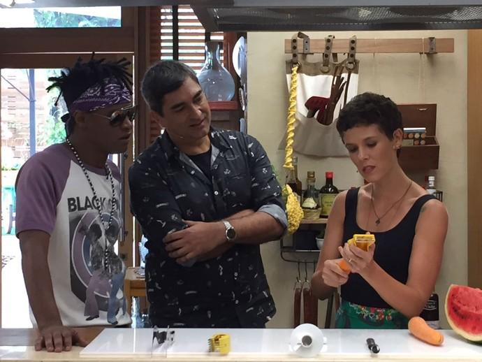 Gabi Freitas mostra como usar utensílios de cozinha pouco comuns (Foto: Shaulla Rodrigues / Gshow)