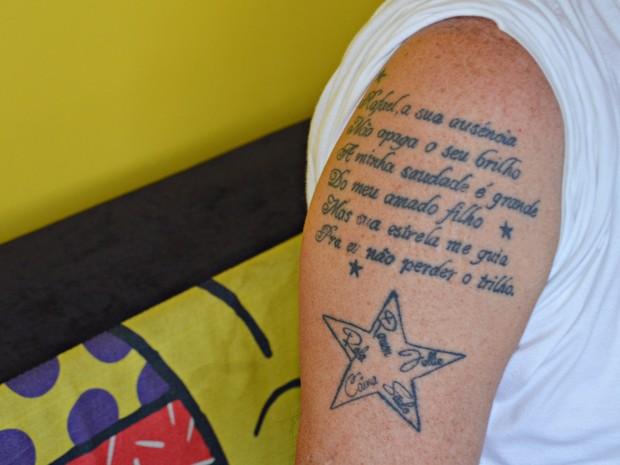 José Patriota tatuou na pele um verso que escreveu para filho (Foto: Dani Fechine/G1)