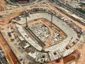 Construção do estádio de Manaus para Copa: desafio de retomar o crescimento (Foto: Reuters)