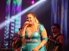 Marília Mendonça usa vestido curtinho em clima de carnaval durante show