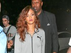 Prestes a se apresentar no Rock in Rio, Rihanna sai só de casaco e pantufas