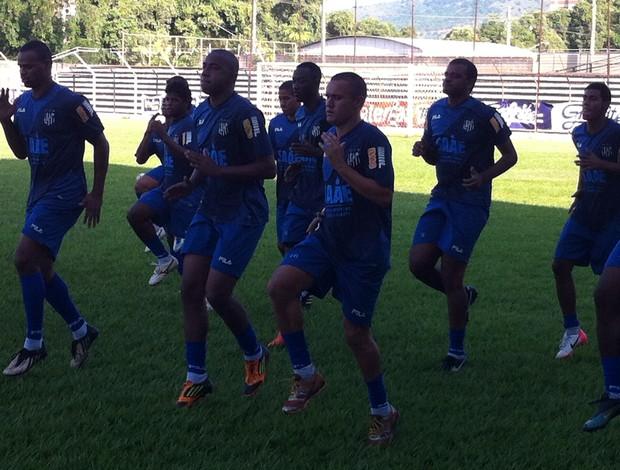 Marinho treinou com o grupo e correu em volta do gramado do estádio José Mammoud Abbas. (Foto: Diego Souza/Globoesporte.com)
