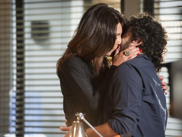 Olivia beija André e Julia flagra (Foto: Globo / Cynthia Salles)