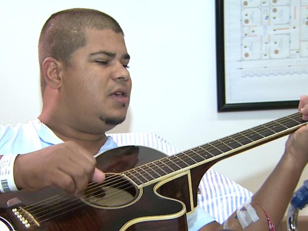 Reginaldo é cantor há 13 anos e trabalho ajudou na hora de cirurgia em Barretos (Foto: Reprodução / EPTV)