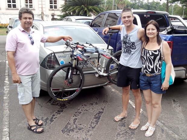 Luiz Henrique Goulart fez matrícula em Piracicaba com malas e bicicleta (Foto: Leon Botão/G1)