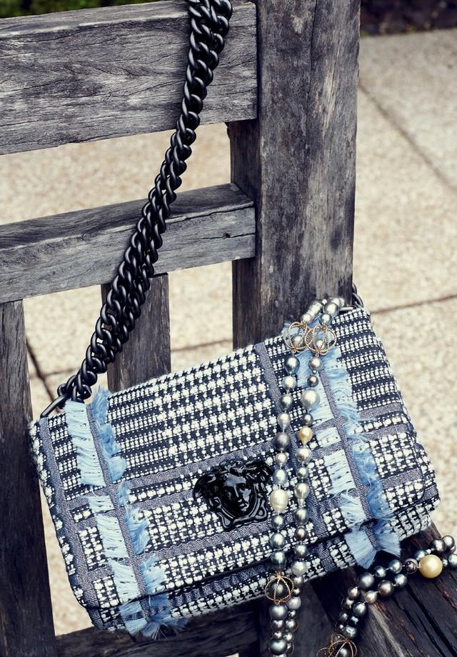 Versace R$ 8.500 (bolsa) Carol Kauffmann R$ 18.850 (colar) (Foto: Raquel Espírito Santo)